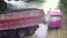 货车失控漂移甩尾 撞上满载大学生中巴车伤6人