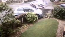 五岁女童被车辆恐怖撞击 撞到篱笆后奇迹生还