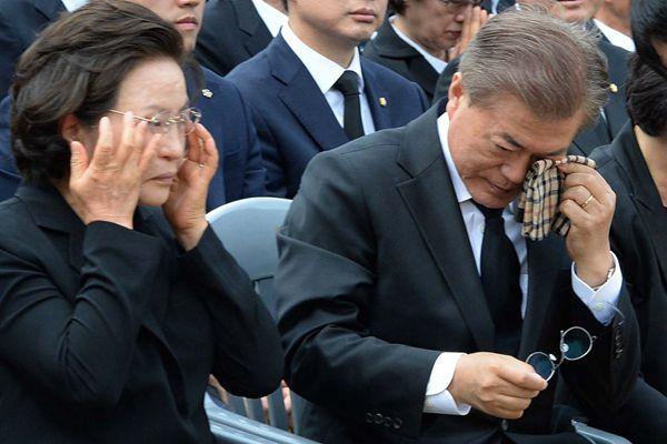 文在寅祭奠前总统卢武铉逝世8周年 眼角拭泪