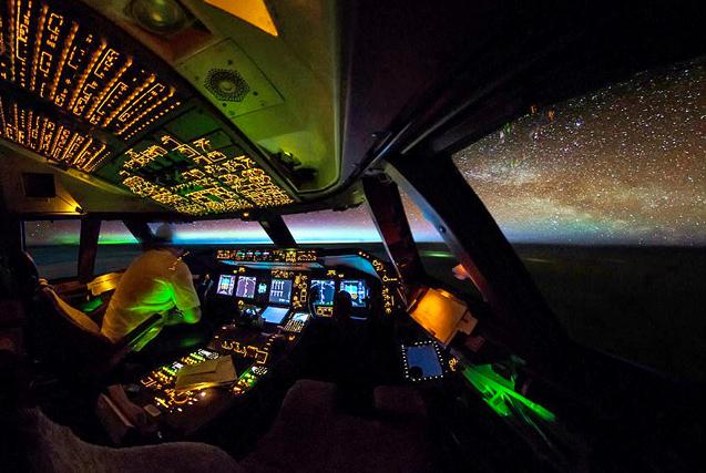 荷兰飞行员驾驶舱里拍摄夜空美景