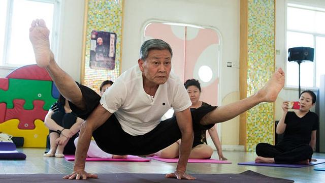 """身体柔软动作标准 最牛""""瑜伽爷爷"""" 实力圈粉"""
