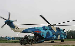 空降兵开摩托冲出直升机舱