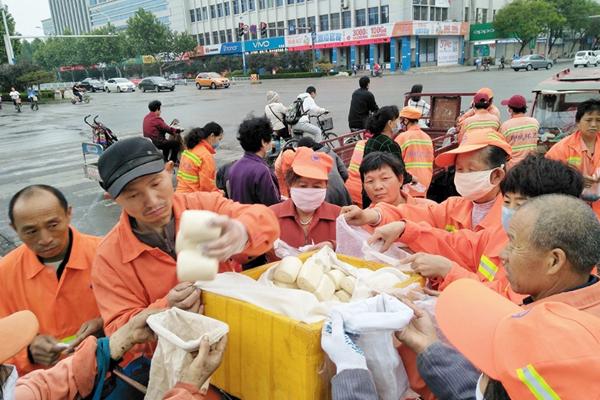 山东爱心人士3年为环卫工人提供免费早餐