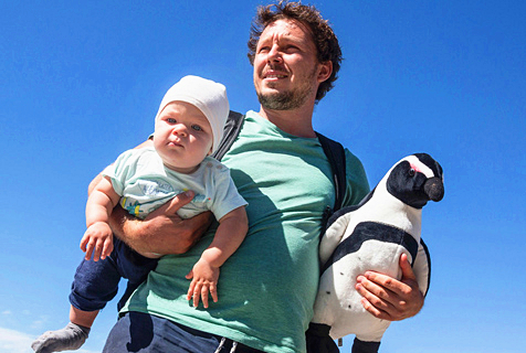 画风暖炸!奶爸带儿子与企鹅友好互动