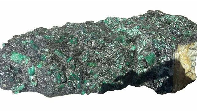 """巴西矿工发现巨型""""祖母绿""""宝石 价值约20亿"""