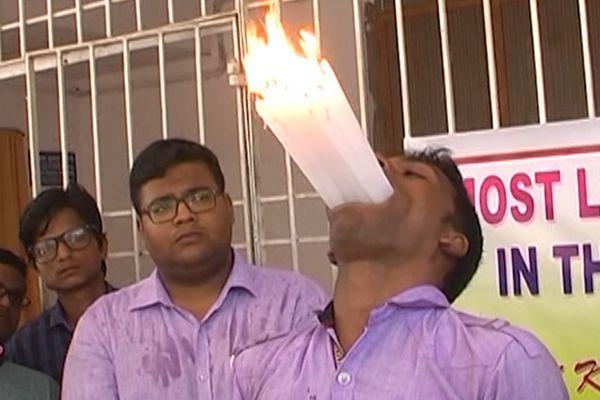 印度23岁青年嘴里塞入21支点着的蜡烛 打破世界记录
