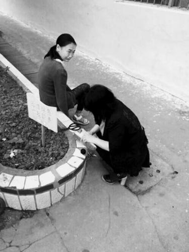 河南一老师为学生补鞋照走红网络 网友:像妈妈