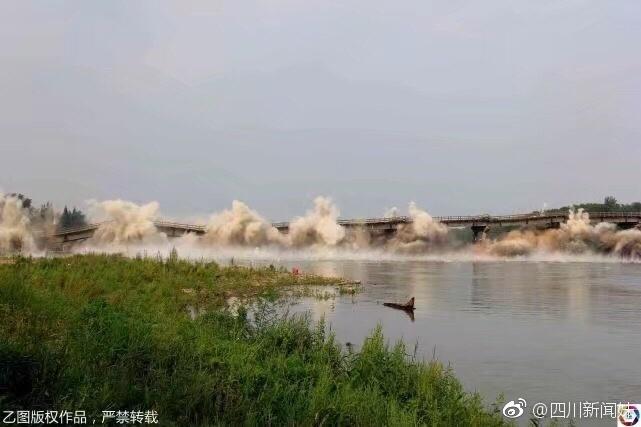安徽350米国道大桥爆破拆除 两秒钟瞬间消失