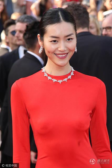 刘雯真空上阵走红毯 穿优雅红裙秀美腿