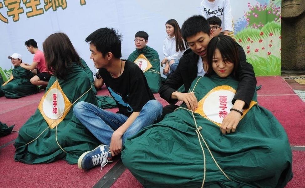 大学生裹人体肉粽拍毕业照 疯狂解压