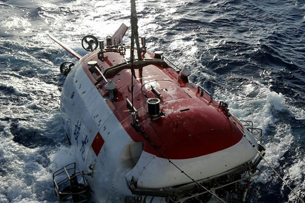 """""""蛟龙""""号成功找回""""丢""""在6300米深海的采水器"""