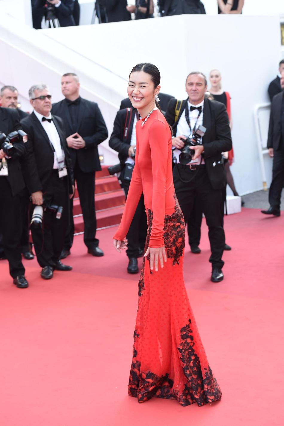 刘雯穿深红旗袍露脸红毯 身段高挑美腿性感