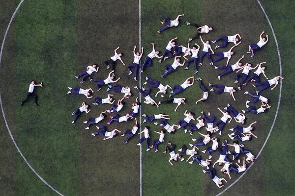 贵州高三学生拍摄创意毕业照轻松迎高考