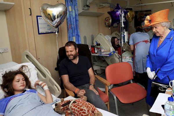 英国女王到医院看望曼城恐袭伤者