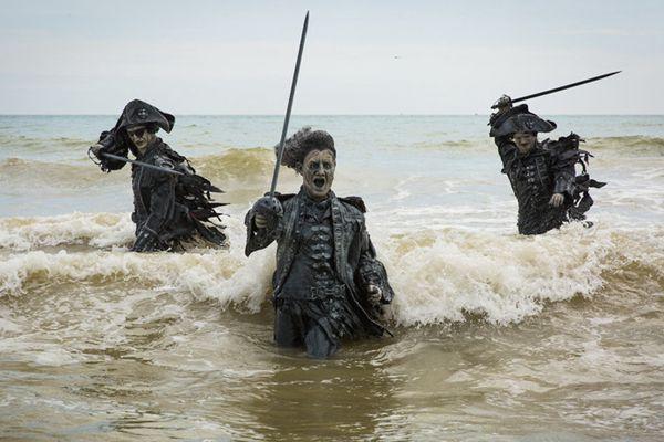 """""""加勒比海盗""""雕塑现身英国海滩 """"魔性""""造型抢眼"""