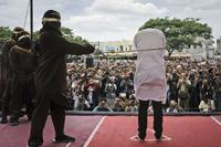 印尼打击同性恋并对其施以鞭刑