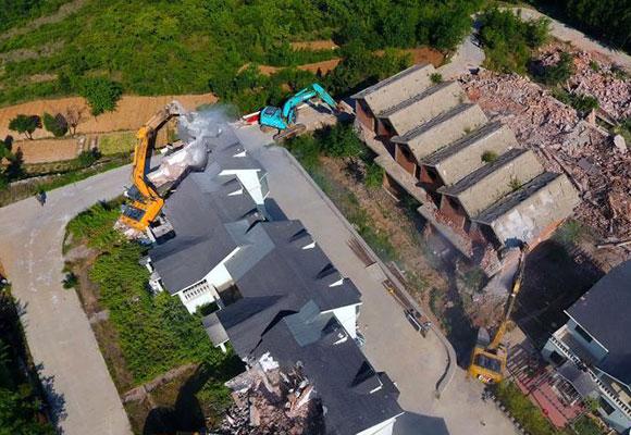 济南出动500余人开拆46栋违建别墅