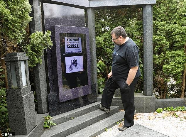 全球首款电子墓碑诞生 48英寸防雨触屏设计