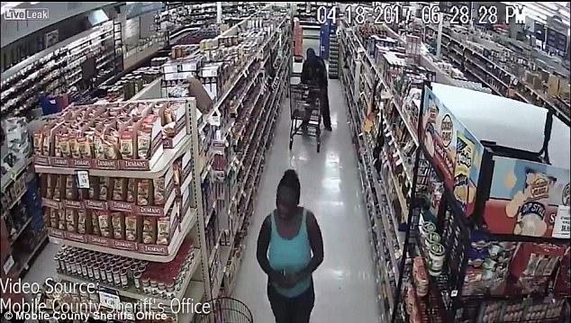 美窃贼团伙超市偷肉藏裤子里逃走