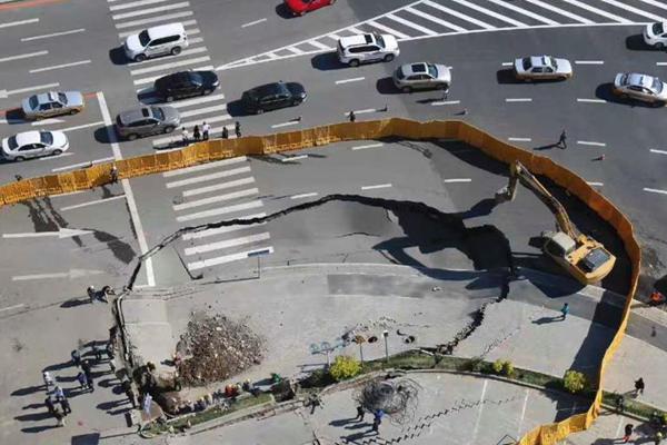 长春一在建地铁口附近发生道路塌陷