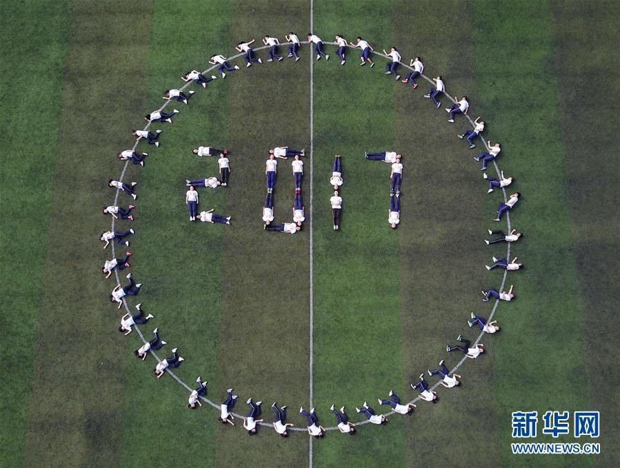 贵州高三学生拍创意毕业照 轻松迎高考