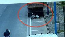监拍女子骑车玩手机竟一头撞上路边大货车