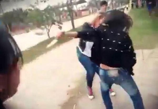 阿根廷15岁少女校园门口用菜刀捅伤同学