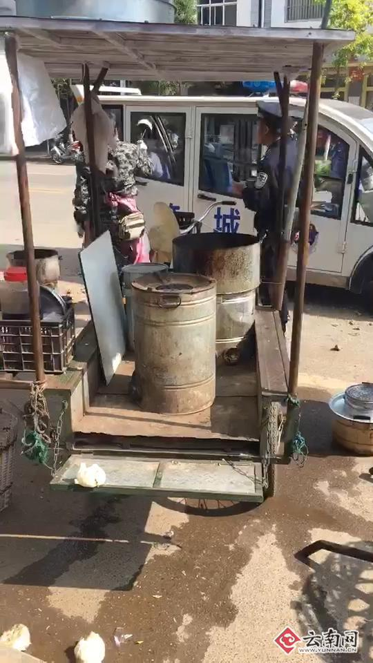 女商贩与城管起争执 火炉中夹起蜂窝煤丢执法车内