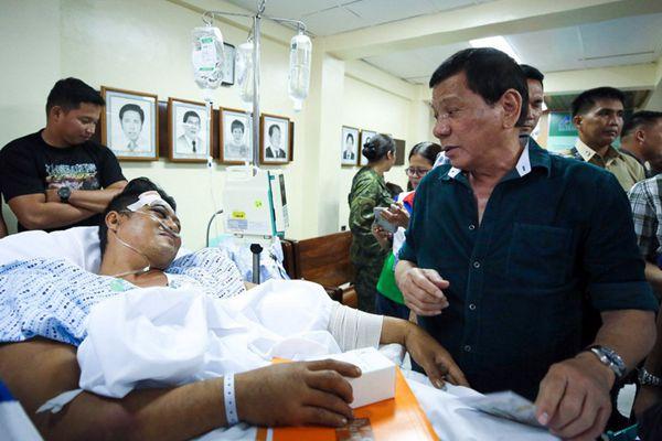 菲总统赴棉兰探望伤员 颁发荣誉奖章