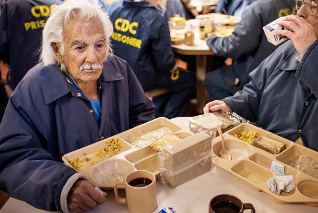 图片故事:铁窗后老年囚犯的生活