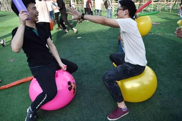 2千名考生减压 1.3万只气球1分钟踩爆