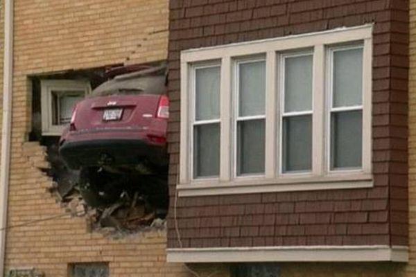 美国一女司机凌晨驾车撞入别人家客厅
