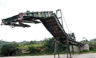全程展示解放军架桥车快速架桥