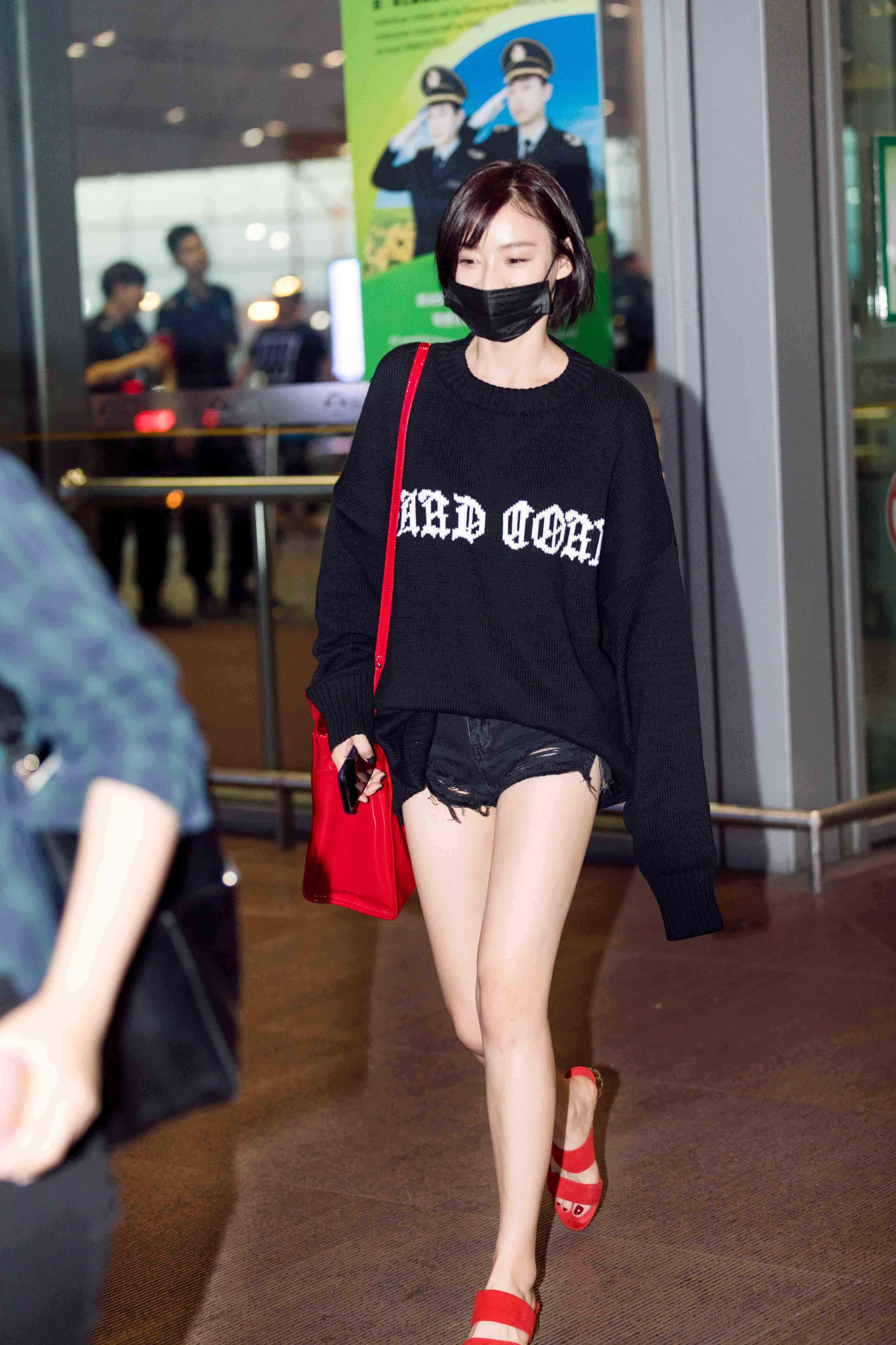 袁姗姗长袖短裤夏夜必备 红色包包超抢镜