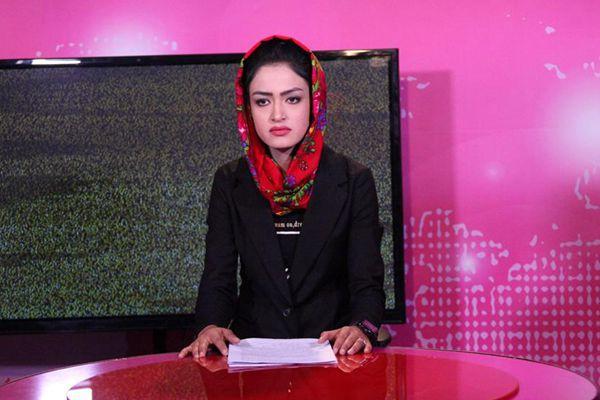 阿富汗女子电视台开播 主持人戴头巾