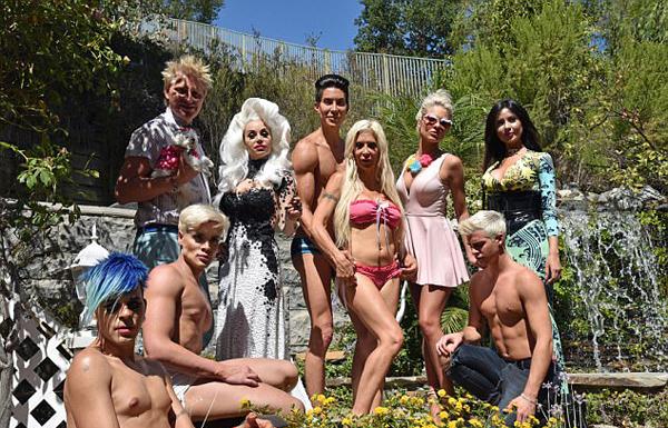"""整形最多的一群人!好莱坞机构打造12个""""真人娃娃"""""""