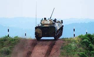 ZBD03战车冲坡展示动力充沛