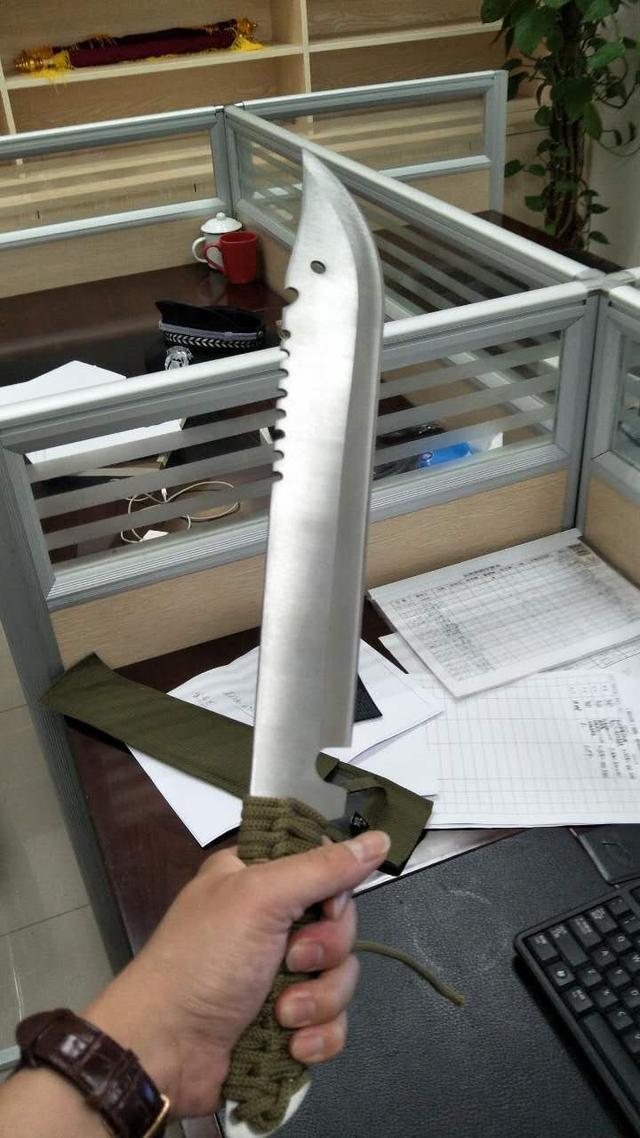 小伙为报游戏中一剑之仇 买半米长砍刀要决一死战