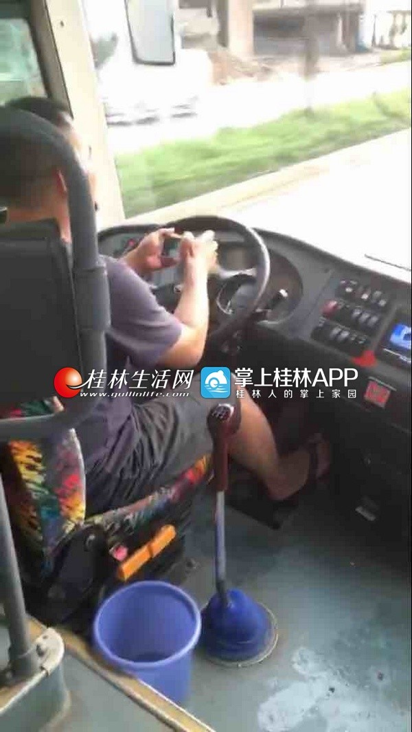 客车司机开车玩手机视频被曝光 交警全城寻人