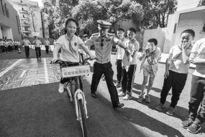 """四川一小学对年满12周岁学生进行""""单车驾照""""考试"""
