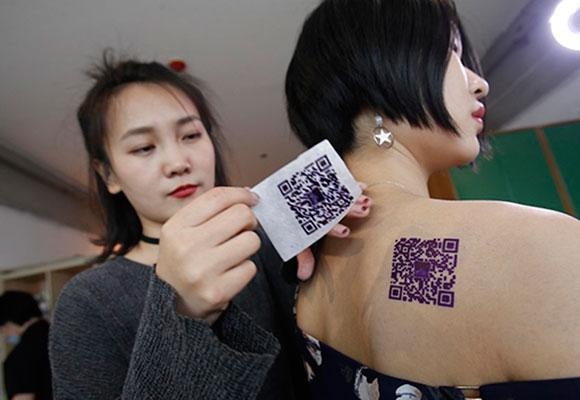 美女放弃空姐offer当纹身师 有顾客要纹支付宝二维码