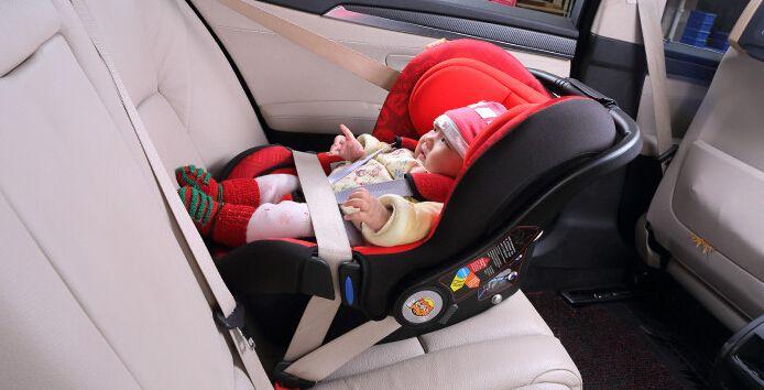 中消协:儿童座椅使用误区多 不满1岁应面朝后坐车
