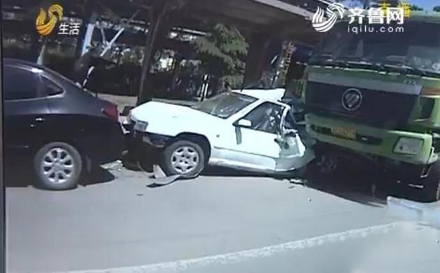 又是手机惹的祸 货车司机低头捡手机连撞8辆车