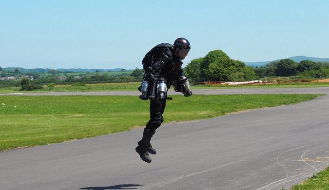 """英国发明家自制喷气式飞行服 秒变""""钢铁侠"""""""