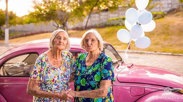 百岁双胞胎姐妹拍写真 画面甜蜜到爆