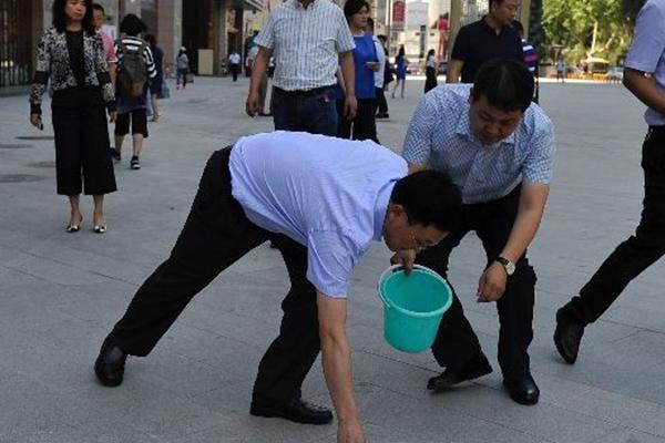 西安副市长带队捡烟头 乱扔烟头最高将罚50元