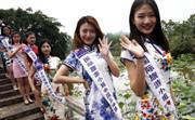 组图:国际旅游小姐大赛走进大足 佳丽上演旗袍秀