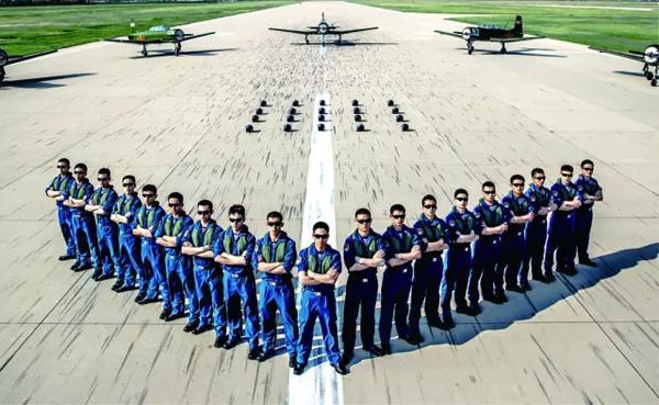 中国唯一培养航母舰载机飞行员的院校亮相