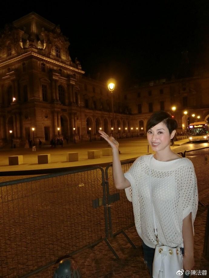 朱茵与陈法蓉同游巴黎 姐妹花好养眼