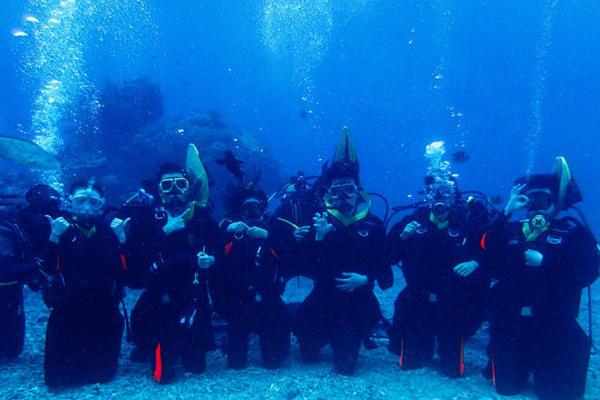 毕业照新打开方式:厦大学生创意水下毕业照走红